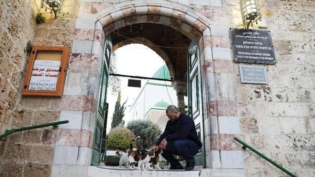 Pihak masjid menolak untuk berkomentar dan menyerahkan pertanyaan tersebut untuk dijawab oleh pihak kementerian. (Reuters/Ammar Awad)