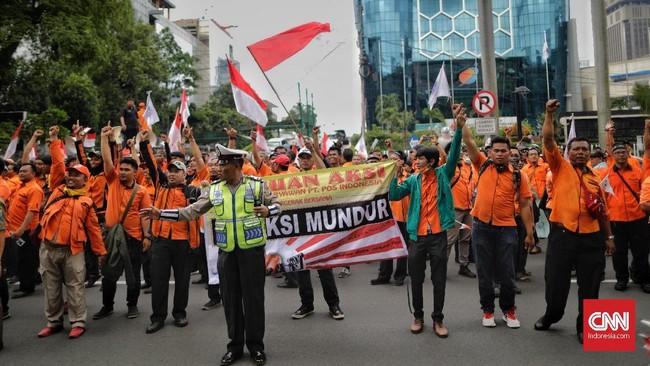 Sejumlah pegawai PT Pos Indonesia melakukan aksi unjuk rasa dan penutupan jalan di depan kantor kementerian bumn. Jakarta, Rabu (6/2). (CNN Indonesia/Adhi Wicaksono).