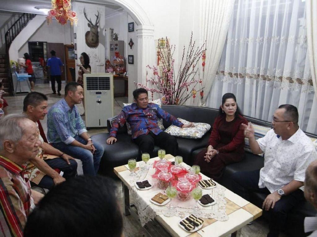 Bersama sanak keluarga, Herman Deru melakukan kunjungan ke kediaman tokoh Tionghoa di Palembang. Istimewa.