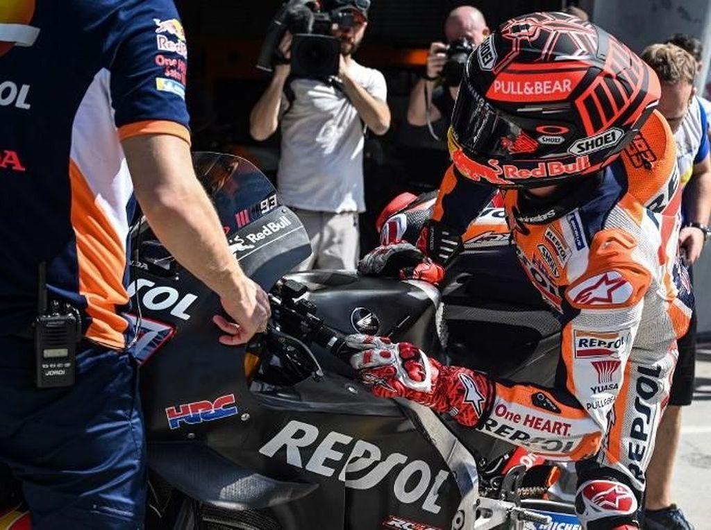 Marc Marquez dengan motor Honda ber-livery hitam (Mohd RASFAN / AFP)