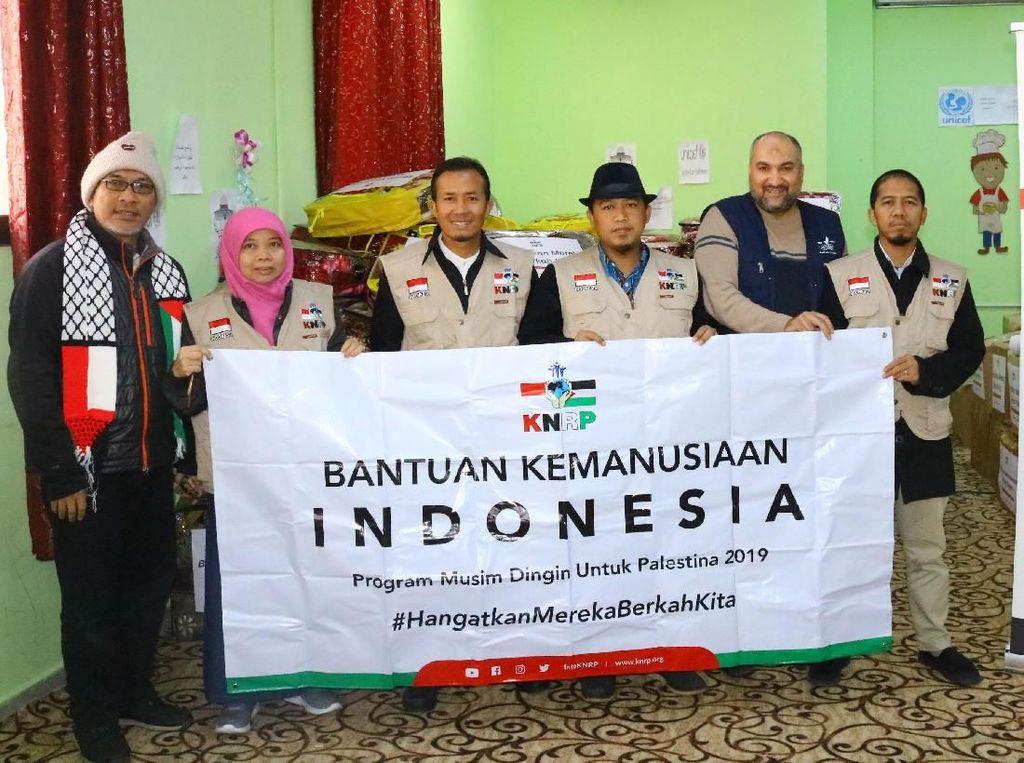 KNRP juga menyerahkan santunan tunai untuk keluarga miskin Palestina. Bantuan tersebut merupakan titipan dari masyarakat di berbagai wilayah di Indonesia. Pool/KNRP.