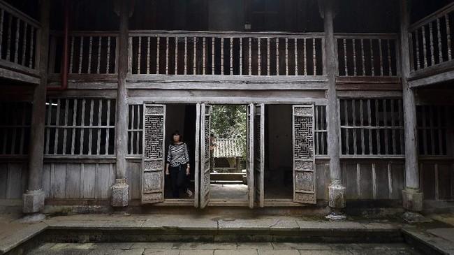 Sebuah istana di daerah Ha Giang, Vietnam adalah bukti sejarah dari etnis Hmong, yang kini menjadi minoritas di sana. Di pilar-pilar kayunya terukir motif bunga opium. (Nhac NGUYEN / AFP)