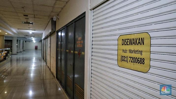 Pengunjung melintas di Blok M Mall, Jakarta, Kamis (7/2/2019). Blok M pernah jadi primadona pusat perbelanjaan Jakarta pada periode 1990 hingga awal 2000-an, namun saat ini sepi. (CNBC Indonesia / Andrean Kristianto)