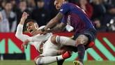 Laga antara Barcelona dan Real Madrid pada leg pertama semifinal Copa del Rey berakhir dengan skor 1-1. Leg kedua akan berlangsung pada 28 Februari di Stadion Santiago Bernabeu. (REUTERS/Albert Gea)