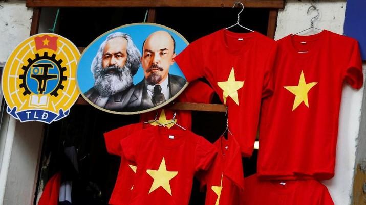 Gambar ikon revolusioner Karl Marx dan Vladimir Lenin terlihat di sebelah t-shirt di sebuah toko di Hanoi, Vietnam 30 Januari 2019. Gambar Diambil 30 Januari 2019. REUTERS / Kham