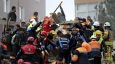 Gubernur Istanbul, Ali Yerlikaya, mengatakan bahwa tercatat ada 43 orang yang menghuni 14 apartemen di alamat itu. Namun, tiga lantai paling atas gedung dibangun secara ilegal. (Reuters/Murad Sezer)