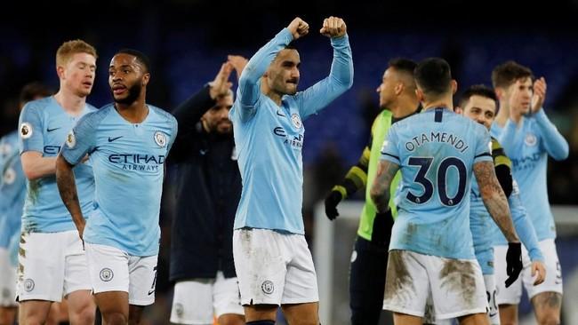 Tiga poin dari kandang Everton membuat Man City menempati puncak klasemen Liga Inggris dengan 62 poin, unggul selisih gol atas Liverpool. (REUTERS/Phil Noble)