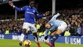 Idrissa Gueye menjaga pergerakan striker Man City Gabriel Jesus yang masuk menggantikan Sergio Aguero pada menit ke-80. (REUTERS/Phil Noble)