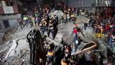 Satu apartemen berlantai delapan di Istanbul, Turki, runtuh hingga rata dengan tanah pada Rabu (7/2). (Reuters/Murad Sezer)