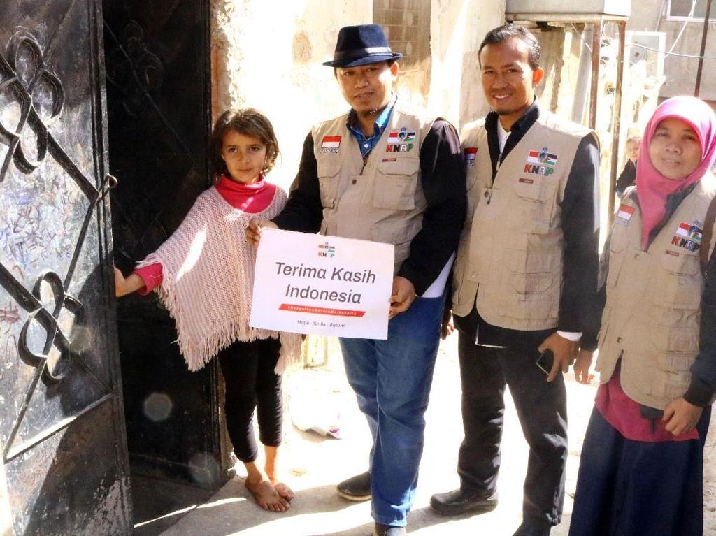 Tulisan terima kasih Indonesia terpajang saat KNRP mengirimkan Tim Kemanusiaan ke pemukim Palestina terbesar di Jordania, yakni di Kamp Gaza dan Kamp Al Bukah/Al Baqa. Pool/KNRP.