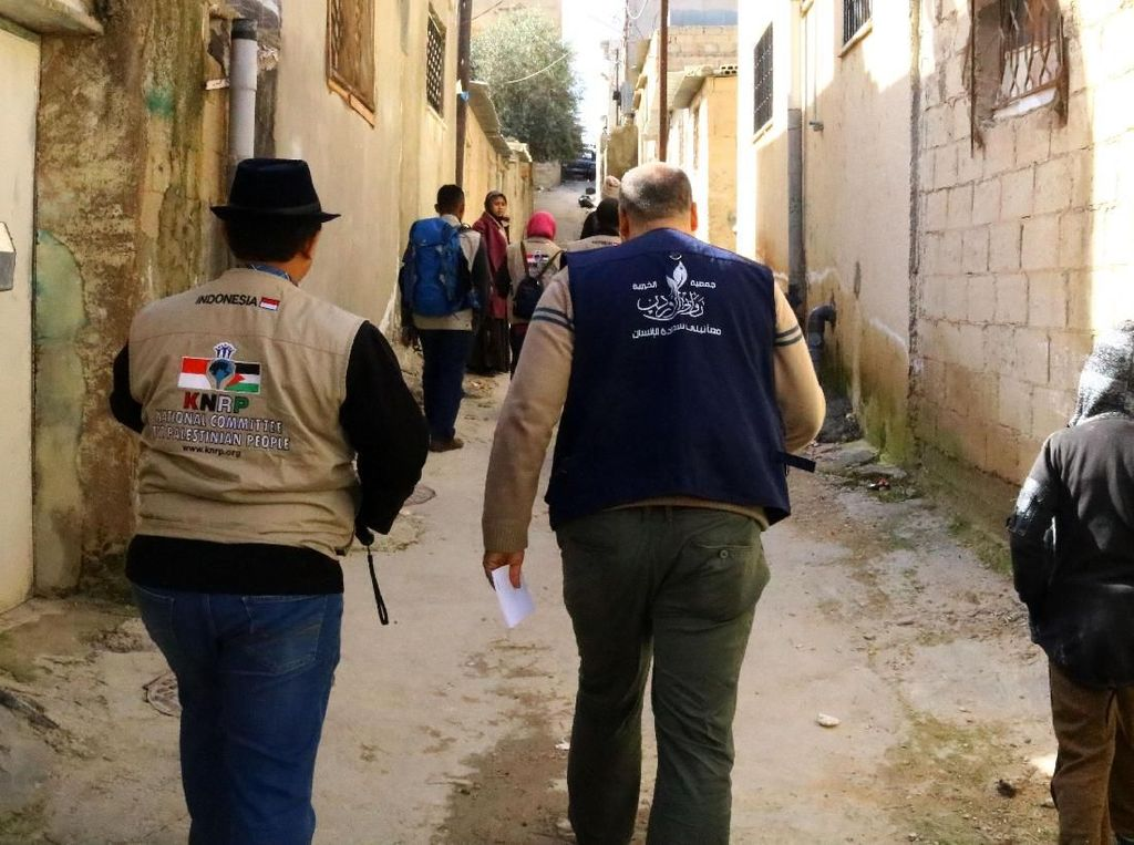Selesai menyalurkan bantuan ke Kamp Gaza, KNRP bergerak menuju Kamp Al Buk'ah/Al Baqa yang terletak di barat laut Kota Amman, ibu kota Jordania. Tim Kemanusiaan KNRP membagikan paket bantuan langsung ke rumah-rumah sekaligus melihat kondisi tempat tinggal yang jauh dari layak. Diharapkan bantuan dari masyarakat Indonesia ini dapat membantu meringankan beban warga pengungsi Plestina. Pool/KNRP.