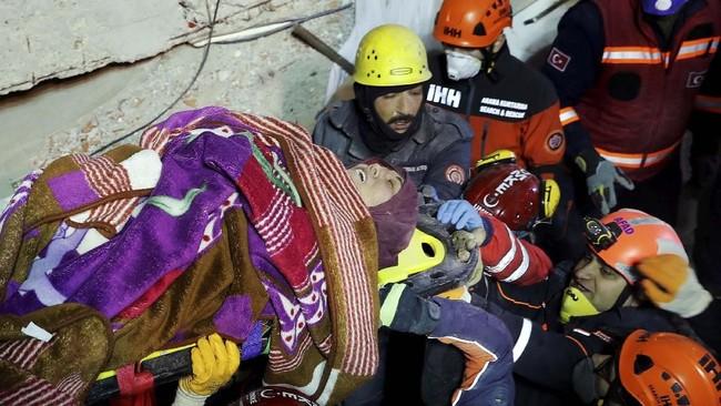 Setidaknya dua orang dilaporkan tewas akibat insiden di Distrik Kartal, Turki, tersebut. (Reuters/Murad Sezer)