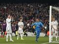 Gol Aneh Barcelona dan Reaksi Lucu Ramos di El Clasico