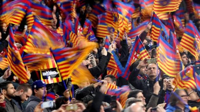 Bendera yang identik dengan Barcelona dan Catalunya menjadi pemandangan yang mewarnai tribune penonton di Stadion Camp Nou. (Stadion REUTERS/Albert Gea)