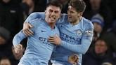 Aymeric Laporte (kiri) yang mencetak gol pertama Man City ke gawang Everton merayakan gol bersama John Stones pada menit ke-45. (REUTERS/Phil Noble)