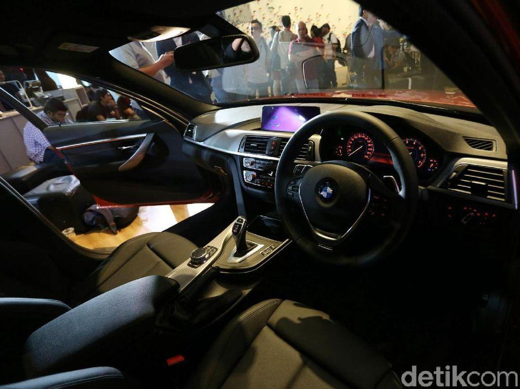Interior mewah BMW 3 Series Edition Shadow. Mobil ini merupakan edisi final dari Seri 3 generasi saat ini. BMW akan segera mendatangkan generasi terbaru Seri 3 ke Indonesia.