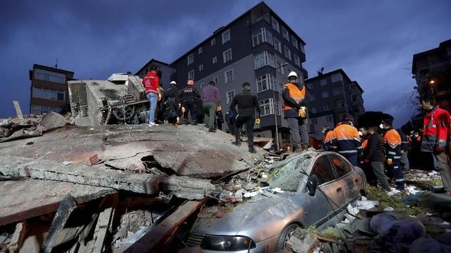 Kantor Gubernur Istanbul mengonfirmasi kabar ini, tapi belum ada informasi jelas mengenai penyebab gedung tersebut runtuh. (Reuters/Murad Sezer)