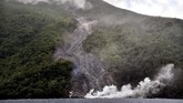 Material vulkanik gunung api Karangetang terpantau dari laut bagian barat Pulau Siau, Kabupaten Kepulauan Sitaro, Sulawesi Utara, Kamis (7/2). (ANTARA FOTO/Adwit B Pramono)