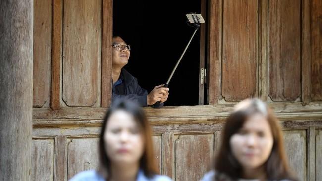 Vuong Duy Bao salah satu keturunan Hmong mendapati istananya telah diambil pemerintah setelah ia kembali dari Hanoi, di mana ia tinggal saat ini. Ia khawatir pemerintah hanya menganggapnya sebagai salah satu cara meningkatkan pendapatan dari sektor pariwisata. (Nhac NGUYEN / AFP)