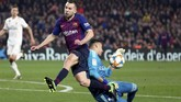 Barcelona berupaya keras mengejar ketertinggalan dari Madrid. Jordi Alba juga turut membantu penyerangan dan merangsek hingga ke kotak penalti. (REUTERS/Sergio Perez)