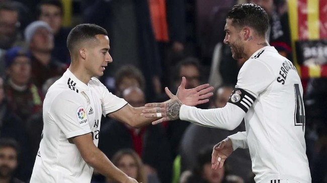 Usai mencetak gol, Vazquez disambut senyum dan sapaan ramah dari sang kapten Sergio Ramos. (REUTERS/Sergio Perez)
