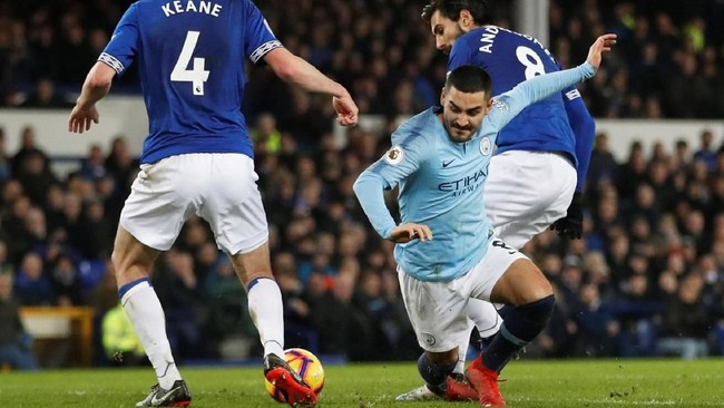 Gelandang Man City Ilkay Guendogan berupaya melewati dua pemain Everton Andre Gomes and Michael Keane. (Action Images via Reuters/Carl Recine)