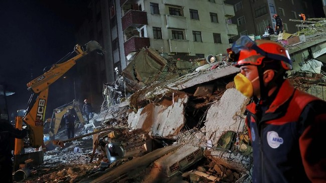 Yerlika juga mengatakan terdapat pabrik tekstil tak berizin di lantai dasar bangunan tersebut. (Reuters/Murad Sezer)