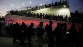Di Queretaro, Meksiko, para imigran mengantre dan menunggu angkutan dalam perjalanan menuju Amerika Serikat. (REUTERS/Alexandre Meneghini)