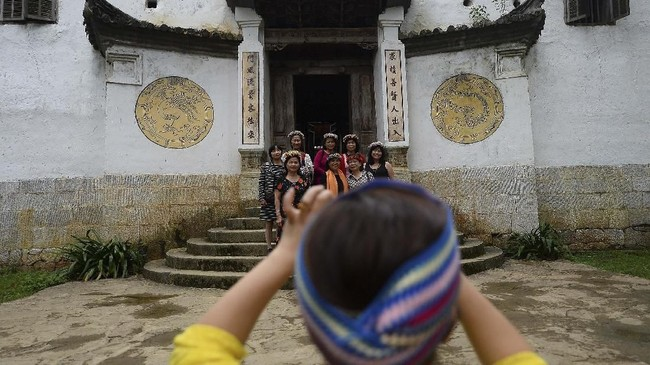 Apalagi pemerintah tengah menggembar-gemborkan wisata sebagai salah satu cara mengentaskan Hmong di Ha Giang dari kemiskinan. Kawasan itu, dengan segala budaya tradisionalnya, ditargetkan menjadi daya tarik wisata Vietnam per 2030. (Nhac NGUYEN / AFP)