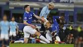 Michael Keane and Idrissa Gueye mengawal Sergio Aguero yang merupakan pencetak gol terbanyak Man City dengan 14 gol. (REUTERS/Phil Noble)