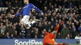 Kendati kalah dalam penguasaan bola, Everton sempat mengancam gawan Man City yang dikawal Ederson Moraes melalui Cenk Tosun. (Action Images via Reuters/Carl Recine)