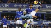 Bomber Manchester City Sergio Aguero berupaya menyelesaikan peluang dengan tendangan salto. (REUTERS/Phil Noble)