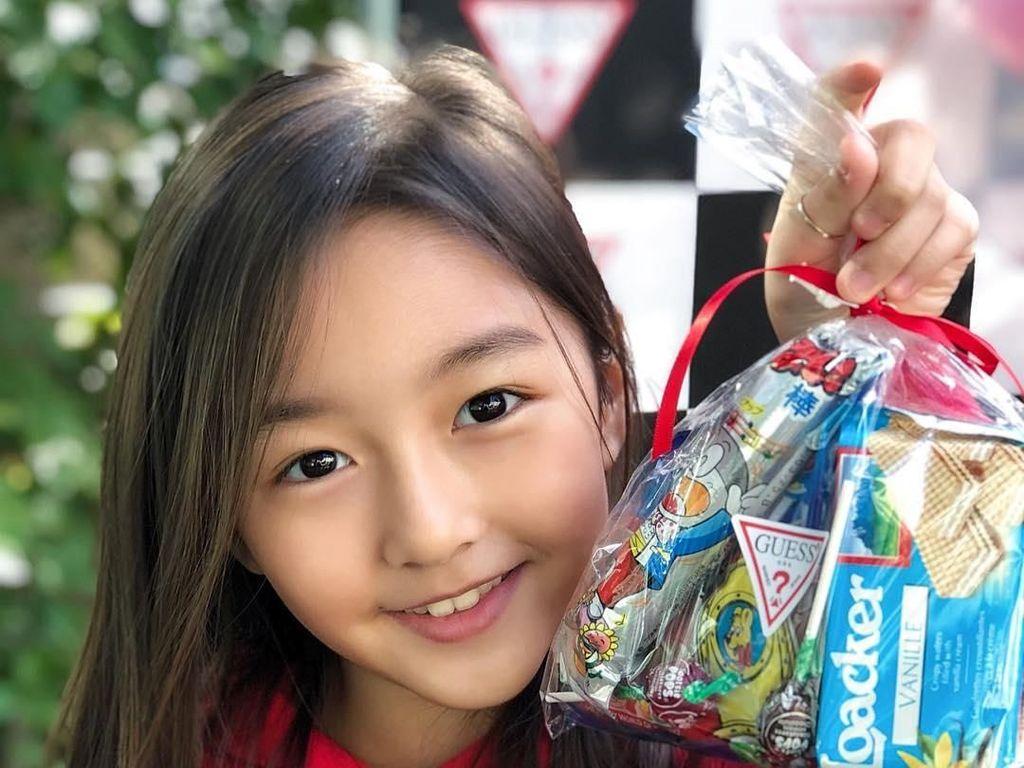 Wah, wajah Ha-eun bahagia banget nih saat dapat banyak camilan. Tak ketinggalan wafer vanila yang renyah manis. Foto: Instagram haeun_0425