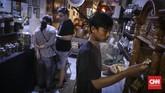 Berdiri sejak 1895, toko tembakau Mukti mulai bertranformasi menjadi cafe tembakau pada tahun 2014 karena banyaknya pengunjung yang datang untuk membeli dan bercengkrama dengan pemilik toko. (CNN Indonesia/ Hesti Rika)