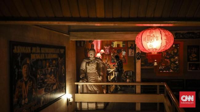 Mukti Cafe kental dengan nuansa Tionghoa, ornamen seperti patung Laksamana Cengho, lampion dan ruangan berwarna emas dan merah memberikan suasana khas pecinan di kafe ini. (CNN Indonesia/ Hesti Rika)