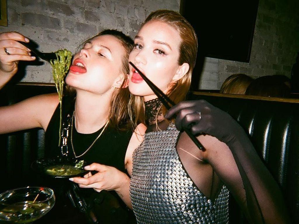 Behati berteman dekat dengan aktris cantik Rosie Huntington-Whiteley. Mereka kerap pose seru seperti saat hangout berdua. Foto: Instagram behatiprinsloo