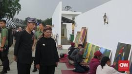 Pakai Baju Pangsi, Jokowi Keliling Alun-alun Cianjur