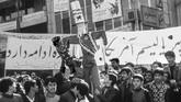Selain menumbangkan rezim Syah Reza Pahlevi, pendukung revolusi Iran juga sangat memusuhi Amerika Serikat. Mereka menganggap AS mendukung rezim kejam dan penindas. (Photo by STAFF / EPU / AFP)