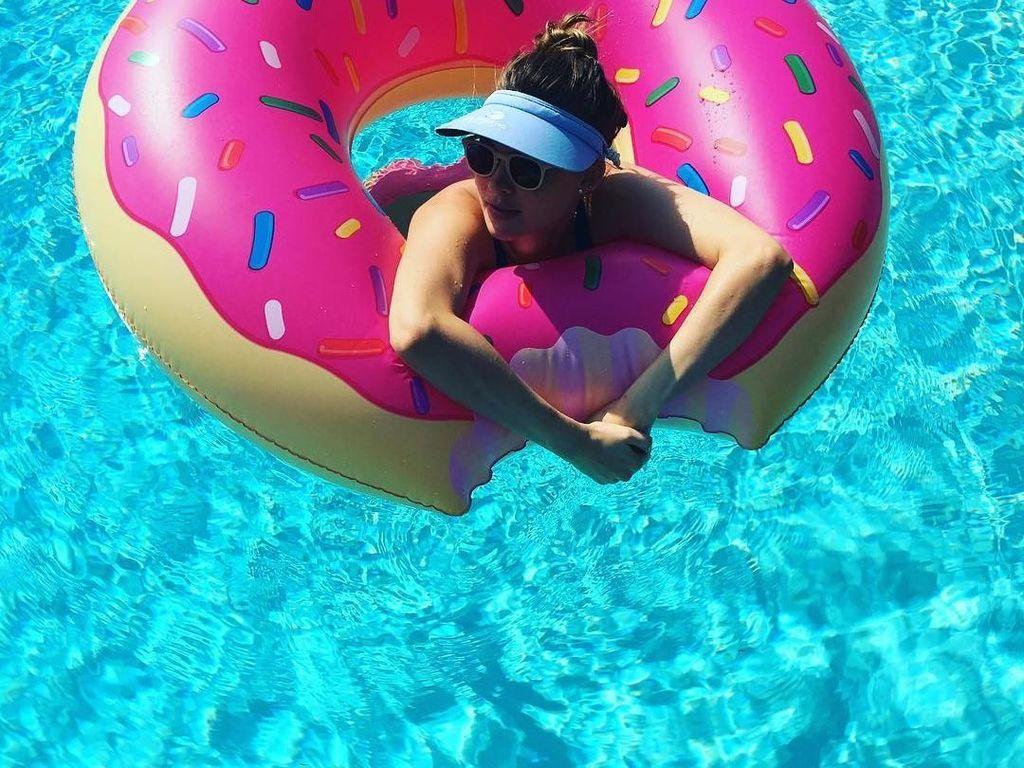 Kalau kamu butuh saya, saya akan makan donat, di dalam donat, di dalam kolam renang, tulis Behati. Wah, jangan-jangan ia pencinta donat! Foto: Instagram behatiprinsloo