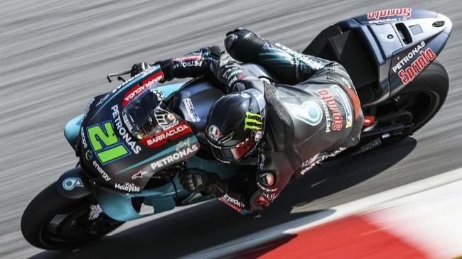 Pebalap Petronas Yamaha Sepang Racing Team Franco Morbidelli beraksi di hari kedua tes. Morbidelli merupakan mantan murid Valentino Rossi. (Mohd RASFAN / AFP)