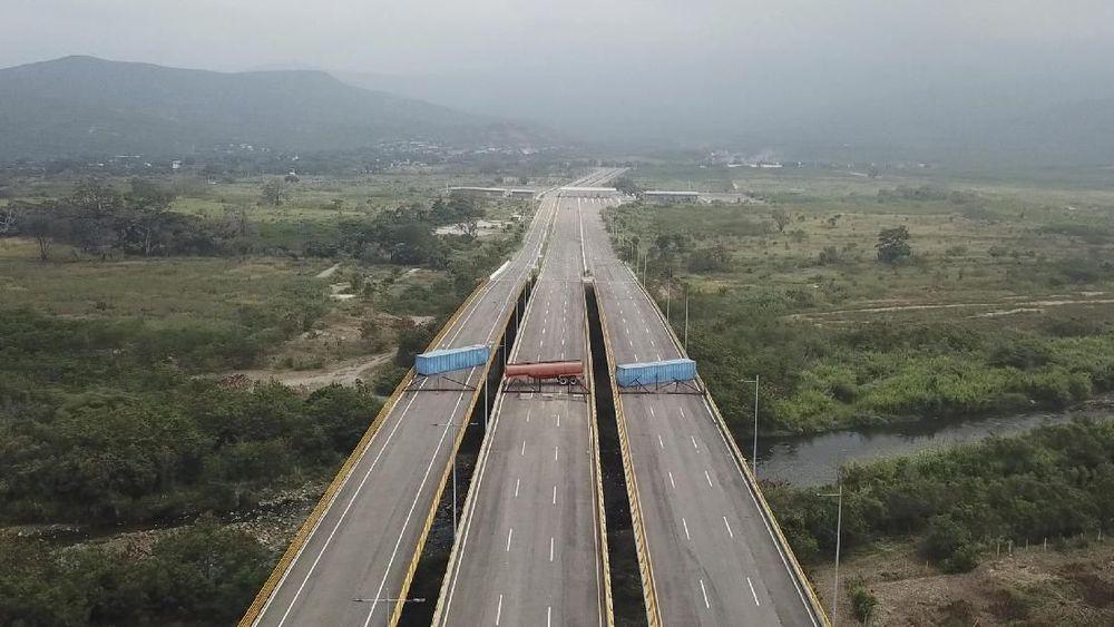 Menurut pejabat migrasi Kolombia, militer Venezuela menaruh tiga mobil tanker pada Selasa sore untuk memblokir jalur tersebut. Mereka juga memasang kamera pengawas. (AP Photo)