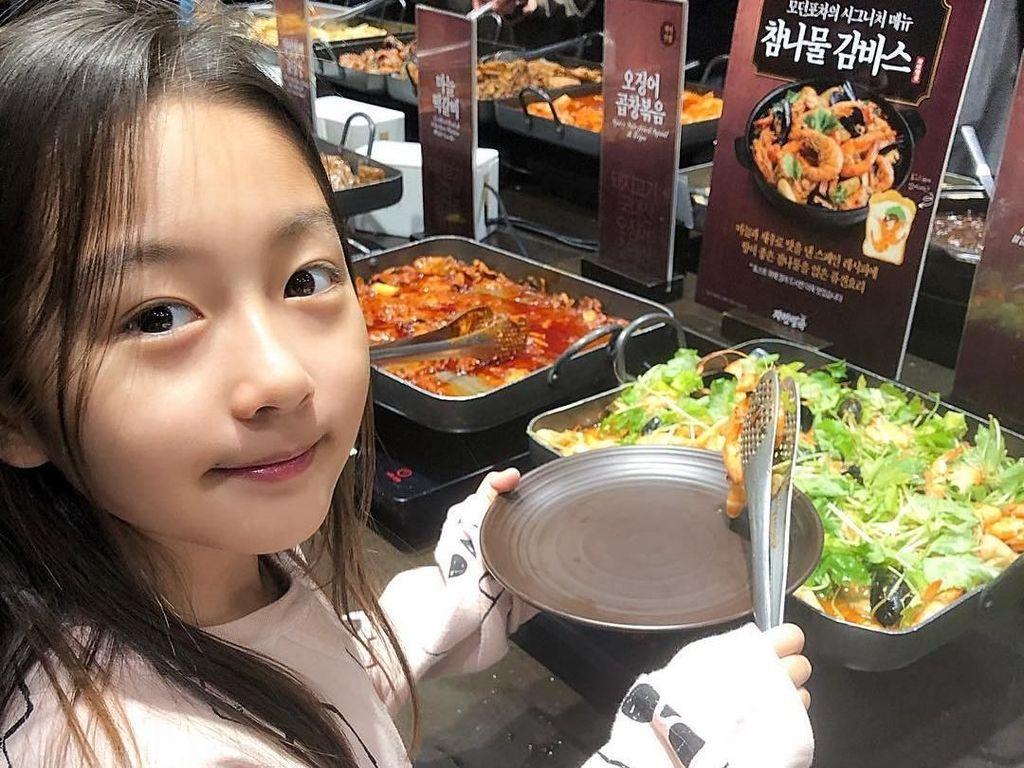 Ternyata Ha-eun anak yang mandiri ya! Ia tak ragu mengambil makanan sendiri saat bersantap di restoran. Foto: Instagram haeun_0425