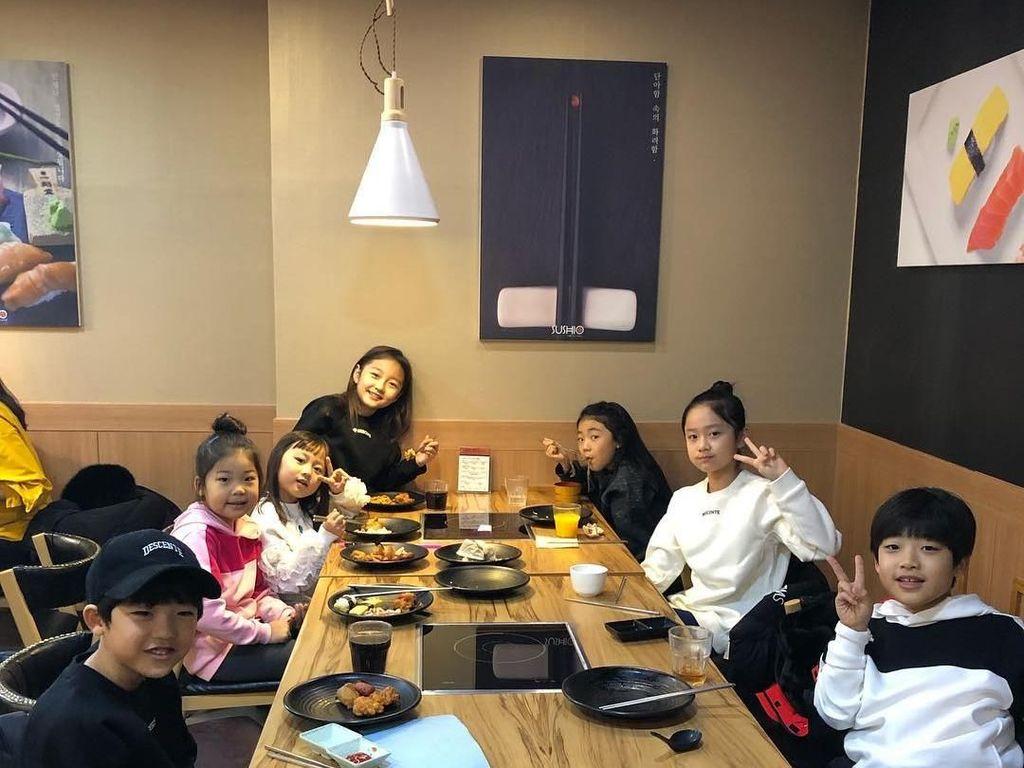 Siapa bilang anak kecil nggak bisa nongkrong? Kali ini Ha-eun justru makan bareng teman-teman seusianya. Kira-kira makan apa ya? Foto: Instagram haeun_0425
