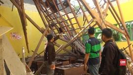 VIDEO: Atap Kelas Ambruk, 8 Siswa MTs di Mojokerto Luka