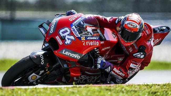 Pebalap Ducati Andrea Dovizioso menikung di Sirkuit Internasional Sepang. Dovizioso berada di posisi keempat di tes hari kedua. (RASFAN / AFP)
