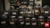 Di area bawah cafe terdapat stoples-stoples kaca berisi beragam jenis tembakau dari pelosok nusantara yang sengaja dikoleksi dan dijual. (CNN Indonesia/ Hesti Rika)