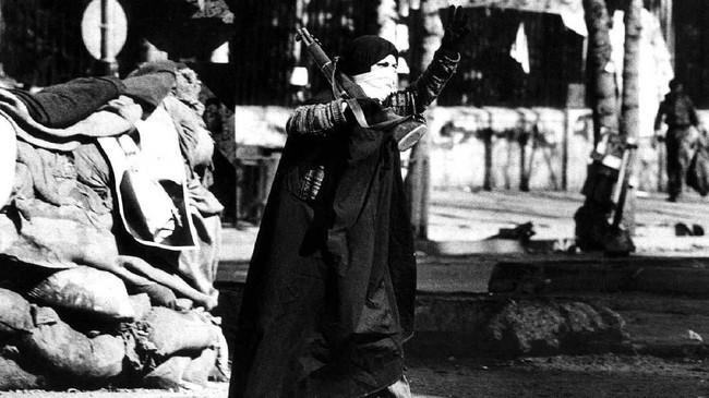 Pengunjuk rasa membawa gambar ulama Ayatollah Ruhollah Khomeini. Mereka menggulingkan Kaisar Iran, Syah Reza Pahlevi, pada Januari 1979. (Photo by - / AFP)