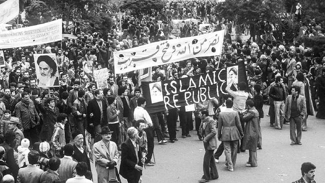 Unjuk rasa besar-besaran di Iran pada 1979 dipicu tindakan represif rezim Syah Reza Pahlevi yang pro Barat. Orang-orang yang menentangnya kebanyakan tewas di tangan polisi rahasia SAVAK. (Photo by GABRIEL DUVAL / AFP)