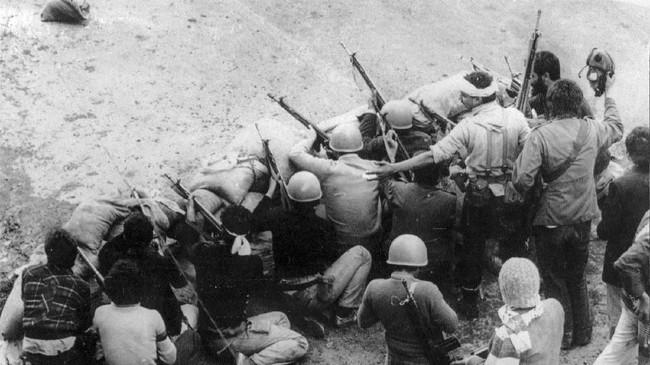Milisi pendukung Khomeini juga menyerbu akademi militer di Ibu Kota Tehran pada 12 Februari 1979. (Photo by GABRIEL DUVAL / AFP)