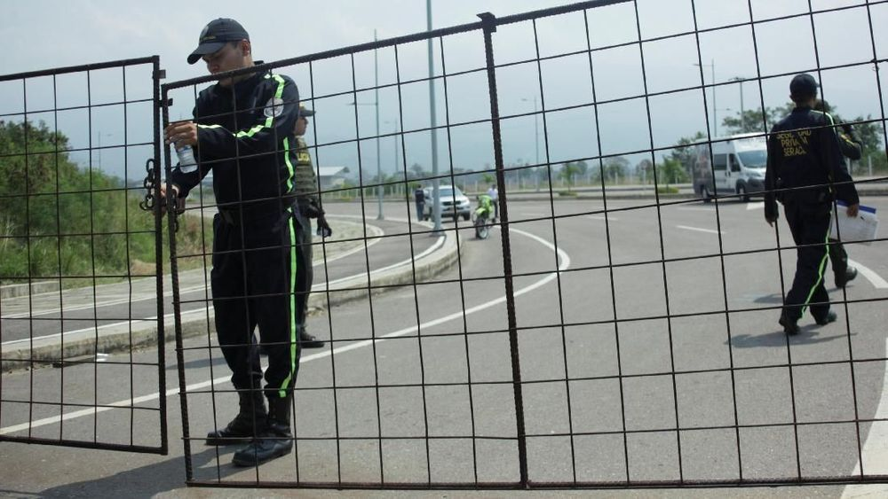 Seorang petugas keamanan berjaga di jalan ke jembatan lintas batas Tienditas antara Kolombia dan Venezuela, di Cucuta, Kolombia. (REUTERS/Carlos Eduardo Ramirez)
